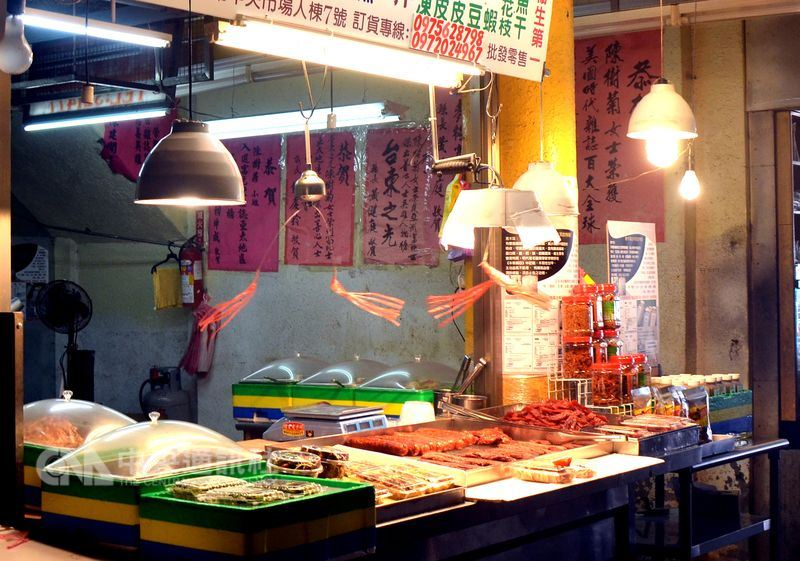 台灣之光、台東善心菜攤陳樹菊,因身體不好退休,將菜攤交棒姪子,姪子最近也因父親身體出狀況,無法兼顧照顧,因此將菜攤讓給他人經營,改賣香腸、臘肉。中央社記者盧太城台東攝 107年6月25日
