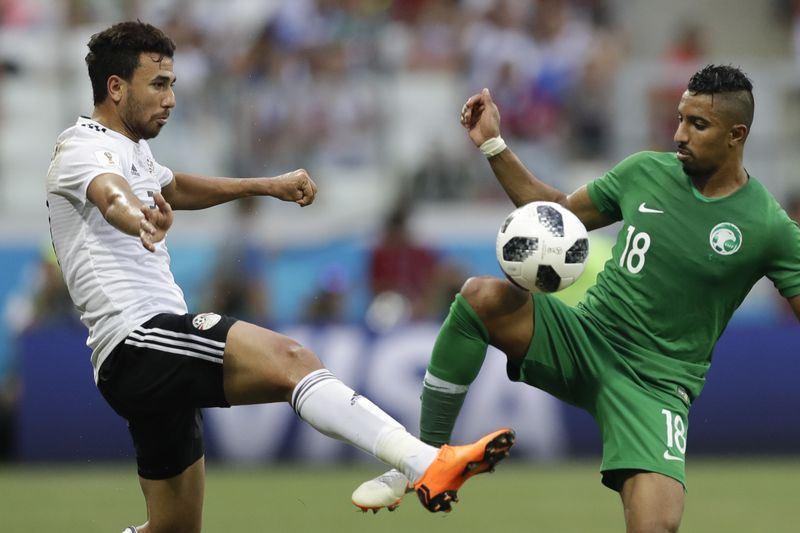 沙烏地阿拉伯靠著多薩里(右)在傷停補時第95分鐘門前破網,終場2比1逆轉勝埃及,拿下隊史24年來世界盃首勝。(達志提供)