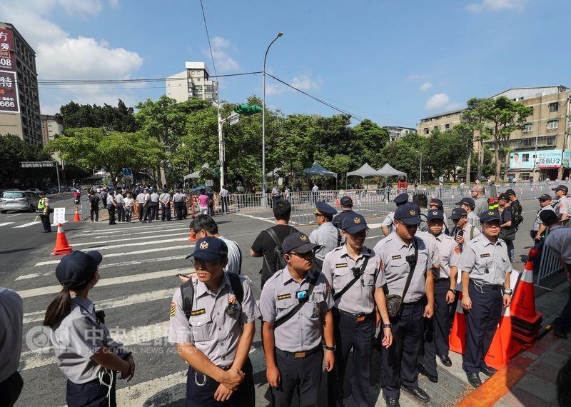 總統蔡英文29日至復興崗出席三軍六校聯合畢業典禮,警方在校門前馬路放置圍欄,以人牆圍在路口管制。中央社記者裴禛攝  107年6月29日
