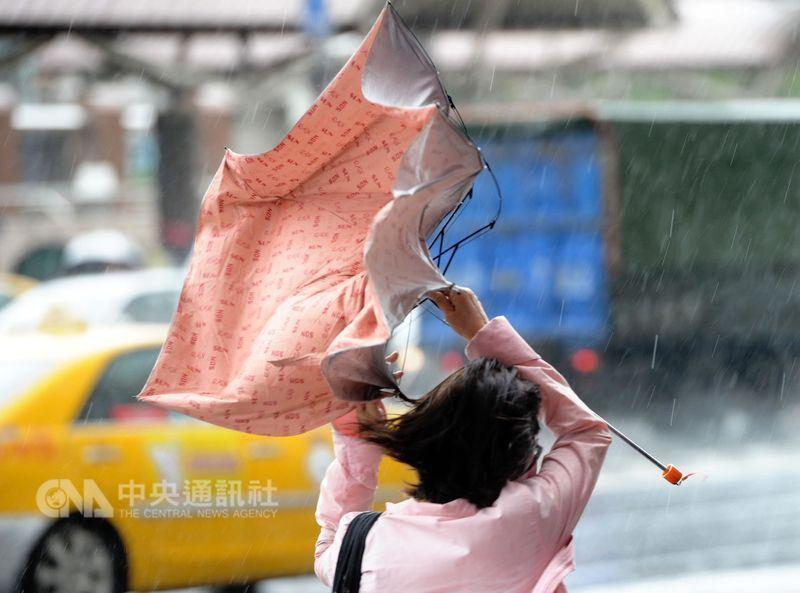 中央氣象局預報中心主任呂國臣29日表示,今年可能有3至5個颱風會侵襲台灣。(中央社檔案照片)