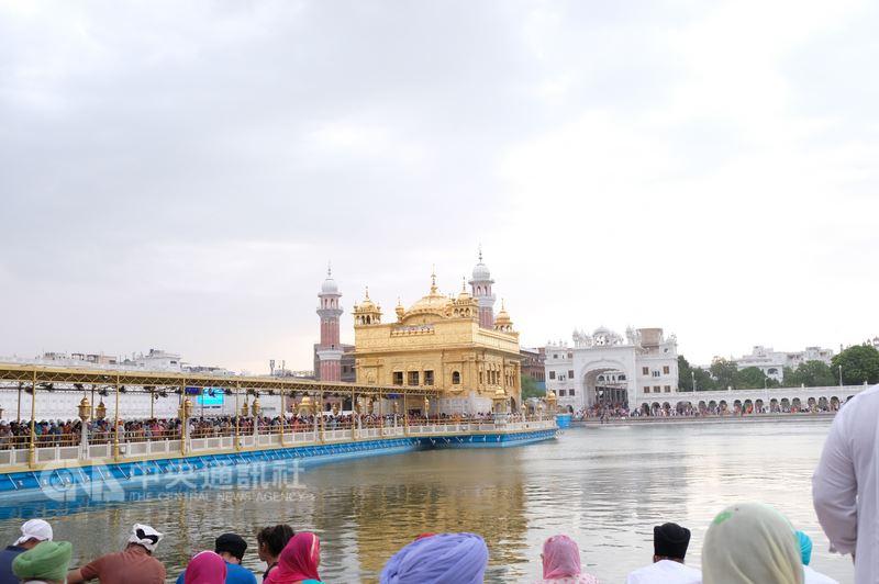 印度錫克教聖地黃金廟,每天接待超過10萬人次訪客,因此每天在連接黃金廟長廊的訪客,至少排隊1小時才能進入寺廟。中央社記者康世人阿姆利則攝 107年7月1日