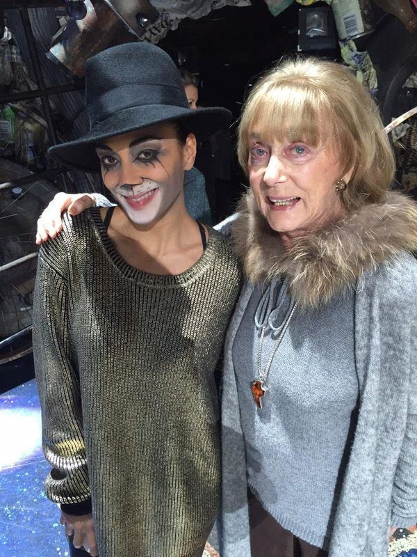 英國著名編舞家吉莉安.林恩(右)1日辭世,享壽92歲。左為曾出演音樂劇「貓」的前小野貓主唱Nicole Scherzinger。(圖取自吉莉安林恩推特網頁twitter.com/Gillian_Lynne)
