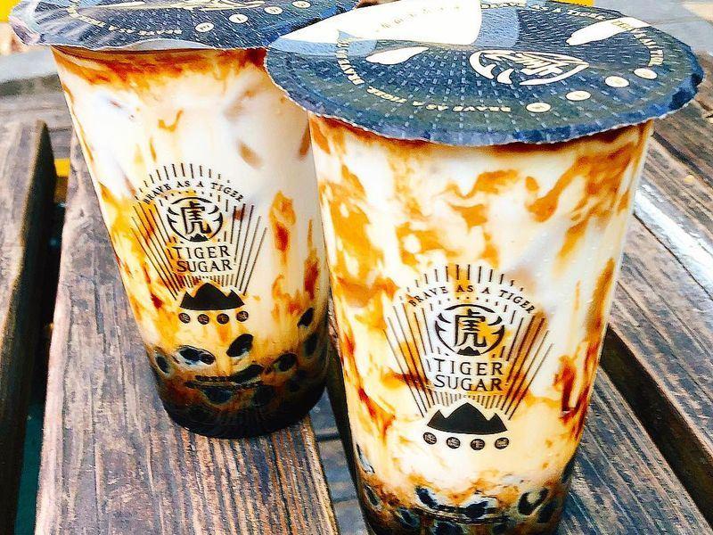 知名黑糖珍珠鮮奶「老虎堂」主打「獨家手炒黑糖」,遭離職員工爆料其實添加焦糖色素。(圖取自老虎堂臉書 www.facebook.com)