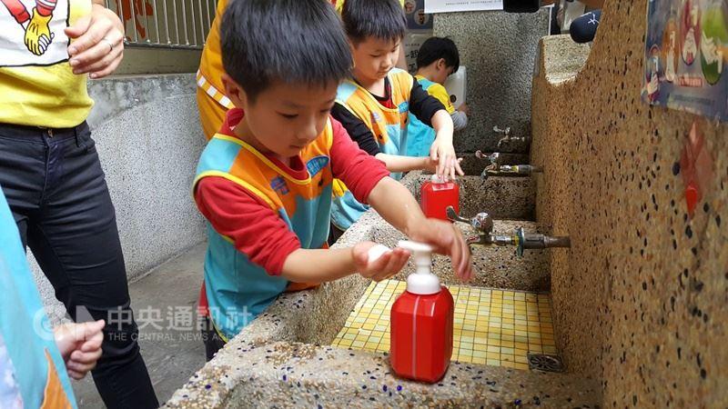 有些民眾會買滅菌液等抗菌用品給小孩用,認為可取代洗手。專家提醒,最好的滅菌法是用肥皂正確洗手,且避免直接在小孩皮膚噴滅菌液。 中央社記者陳偉婷攝 107年7月5日