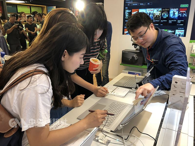 台灣首間Microsoft Surface形象旗艦店6日在台北市信義商圈開幕,看準信義商圈聚集用餐和看電影的人潮,提供一站式體驗空間。中央社記者吳家豪攝 107年7月6日