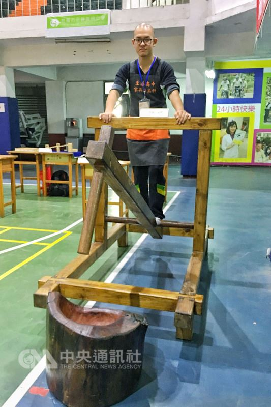 大溪早期是林業木材集散地、家具的故鄉,木工藝更是遠近馳名,教育局和民間團體在至善高中舉行第2屆「木育玩具創作競賽」,透過創作推廣木藝玩具和工藝,讓傳承百年的木藝獲得新生。中央社記者吳睿騏攝 107年7月6日