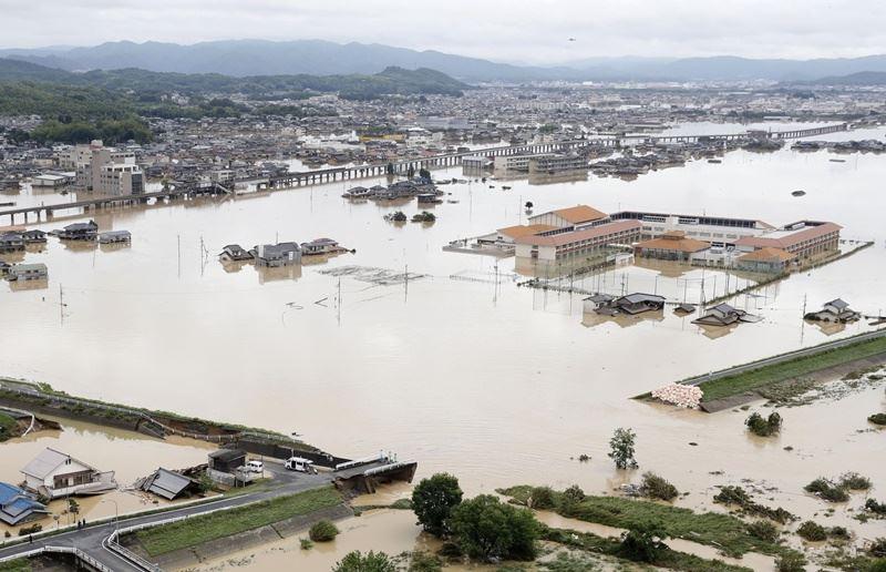 西日本大雨造成災情,多處交通受阻,岡山縣倉敷市嚴重積水。(共同社提供)