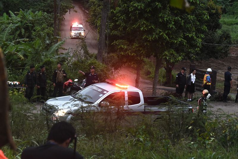 泰國8日下午成功救出4名受困在清萊睡美人洞的少年足球隊成員。圖為救護車駛離睡美人洞。(法新社提供)