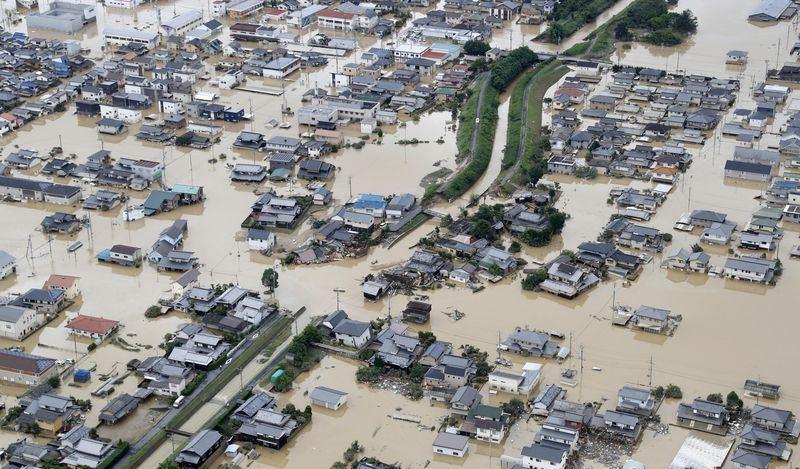 西日本受連日大雨肆虐災情慘重,遍布四處的洪災迫使數百萬人離開家園,岡山縣倉敷成汪洋一片。(共同社提供)