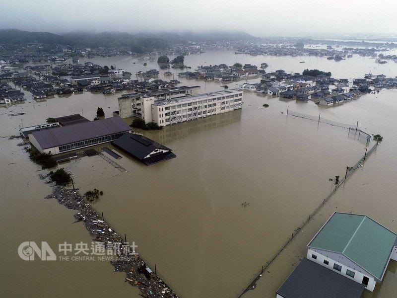 日本大雨肆虐,災情不斷。7日空拍機拍攝到的影像中,顯示日本西部連日傾盆大雨後,岡山縣倉敷市立的真備東中學被大水淹沒。(共同社提供)中央社  107年7月8日
