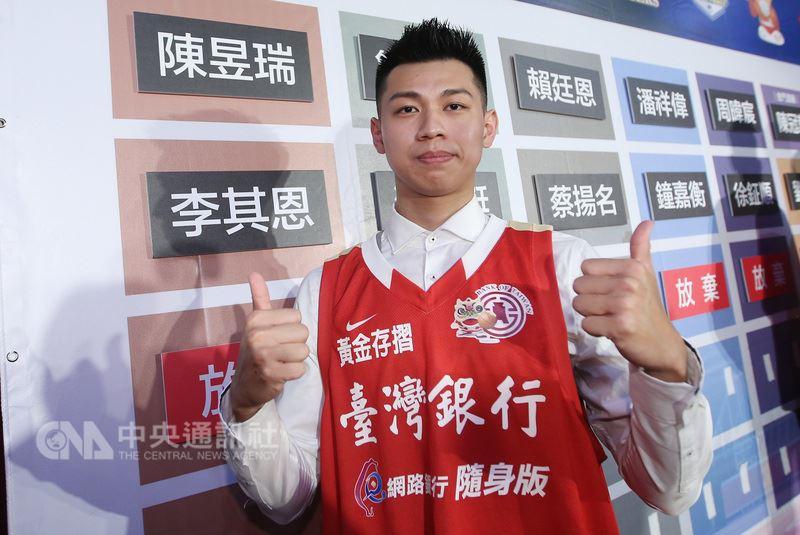 第16季SBL超級籃球聯賽新人選秀會9日在體育署登場,幫助國立體大奪下隊史UBA首冠的總冠軍賽MVP陳昱瑞,在首輪第一順位被台灣銀行選走,成為選秀狀元。中央社記者張新偉攝 107年7月9日