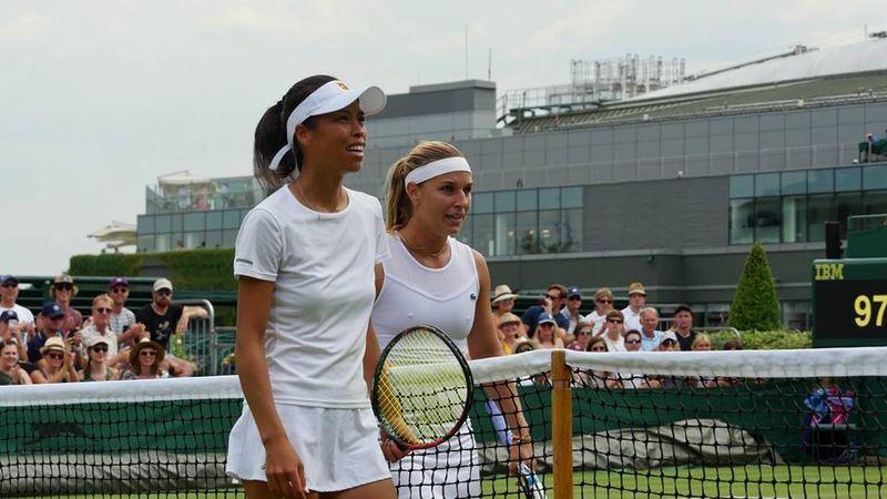 台湾网球一姊谢淑薇(左)9日在温布顿网球锦标赛迎战斯洛伐克女将齐布科娃,可惜以4比6、1比6落败。(图取自温网脸书www.facebook.com/wimbledon)