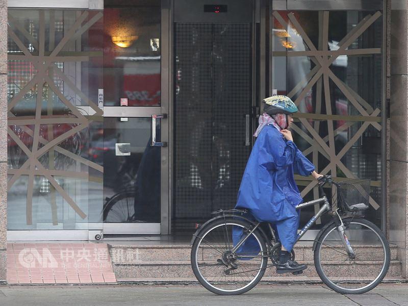 強烈颱風瑪莉亞來勢洶洶,台北市一棟大樓管委會10日用膠帶把玻璃門窗貼好,做好防災準備。中央社記者徐肇昌攝  107年7月10日