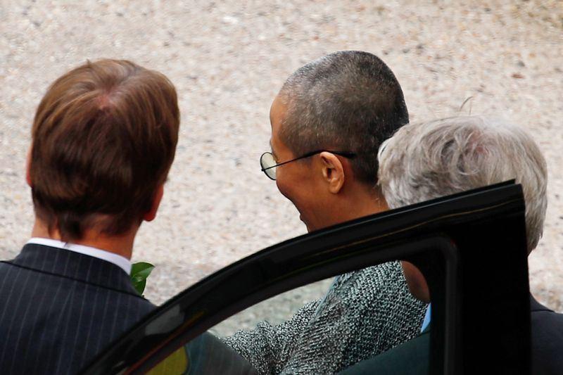 中國諾貝爾和平獎得主劉曉波的遺孀劉霞(中)獲解除軟禁重獲自由後,搭機取道芬蘭抵達德國。(法新社提供)