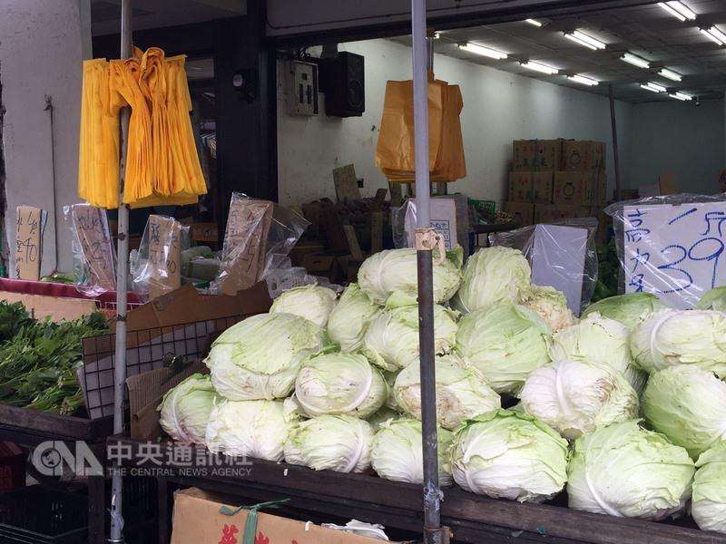 瑪莉亞颱風逐漸遠離,台北果菜市場11日整體蔬菜交易均價每公斤新台幣28.2元,比10日37元回跌2成多。零售價回跌稍慢,高麗菜一顆仍約90元。中央社記者楊淑閔攝  107年7月11日