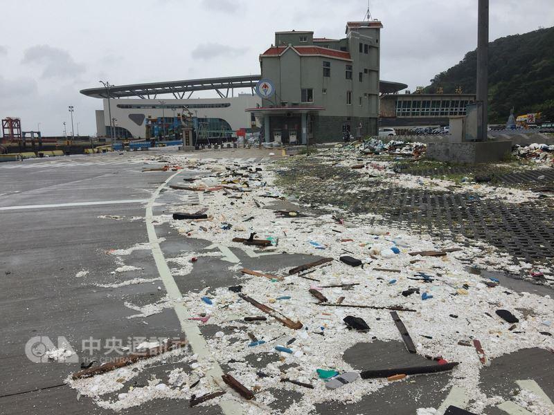 馬祖地區11日下午脫離颱風瑪莉亞暴風範圍,路面堆積大量垃圾,縣府與馬防部已開始著手後續環境清理作業。中央社 107年7月11日