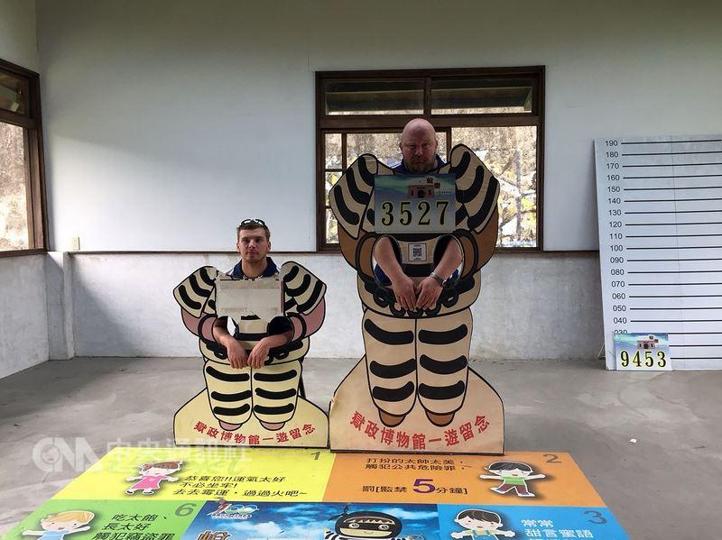 參加2018世界大學棒球錦標賽的外國隊伍,11日在嘉義市府的安排下,到獄政博物館參觀,球員在囚裝看板前拍照、搞Kuso。(嘉義市府提供)中央社記者江俊亮傳真 107年7月11日