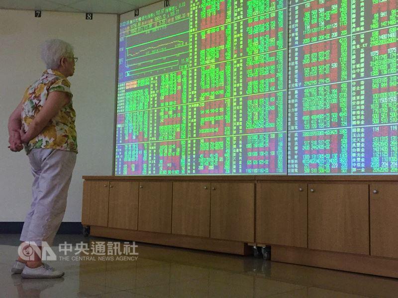 台北股市11日終場跌80.05點,收10676.84點,成交金額新台幣1188.35億元。中央社記者董俊志攝 107年7月11日