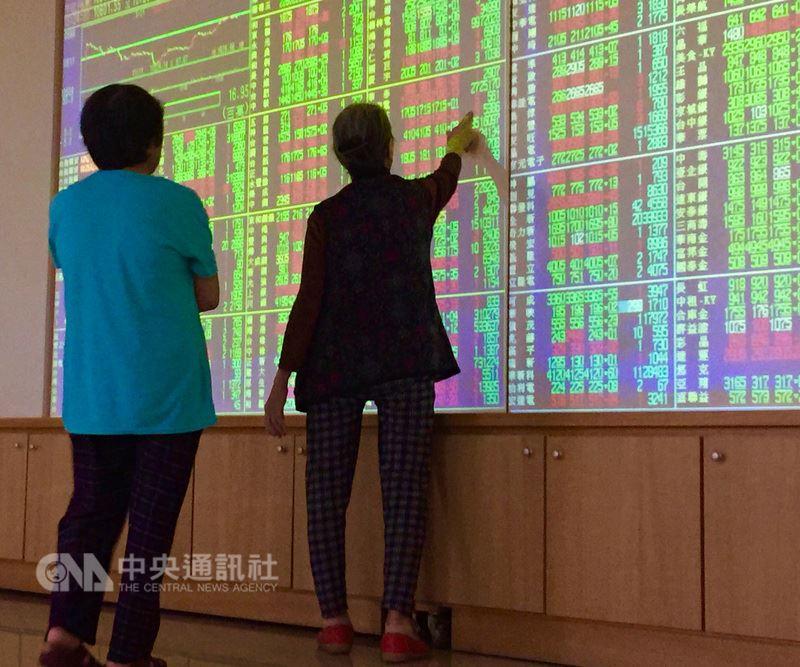 據台灣證券交易所統計,今年第2季季成交值超過新台幣5億元的自然人達1579人,成交值1億元以下則達217萬3097人,同創萬點以來新高。(中央社檔案照片)