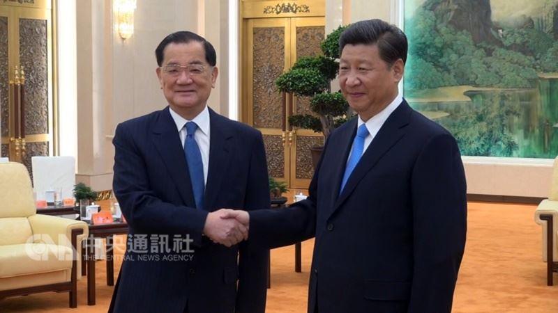 連戰辦公室發布新聞稿指出,連戰(左)12日率團前往北京訪問,預計20日返台。圖為104年連習會。(中央社檔案照片)