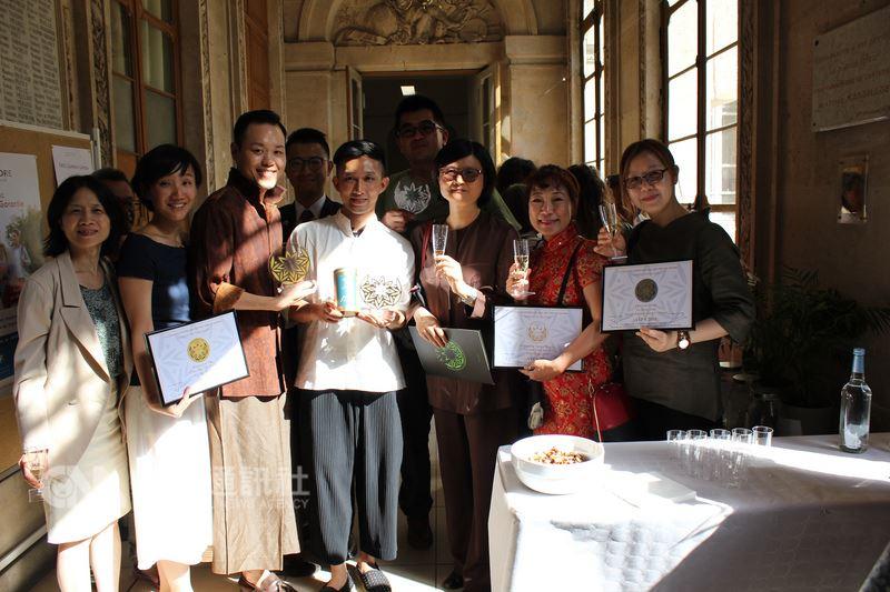 法國農產品加值協會(AVPA)10日在巴黎舉辦首屆世界茶葉大賽頒獎典禮,台灣業者獲頒5金獎、9銀獎、3銅獎和6項特別獎,在烏龍茶類表現突出。(駐法代表處提供)中央社記者曾依璇巴黎傳真   107年7月11日