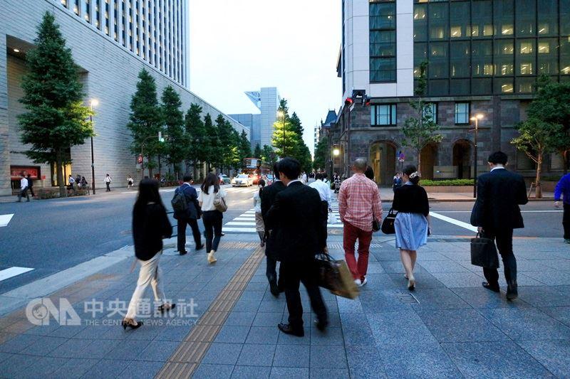 日本總務省統計,截至今年1月1日的住民登記顯示,日本境內的日本人約1億2520萬人,連續9年減少,比前一年減少37萬多人。圖為日本上班族。(中央社檔案照片)