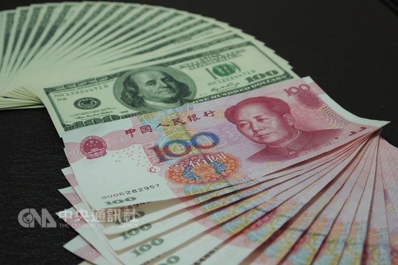 美國宣布將再次動用301條款,預計對中國高達2000億美元的商品課徵10%的關稅。圖為人民幣及美元。(中央社檔案照片)