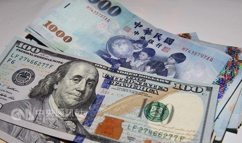 11日台股重挫,新台幣兌美元也開低走低,盤中一度貶逾1角,終場貶幅收斂,以30.481元兌1美元作收,貶值7.8分,匯價連2貶。(中央社檔案照片)