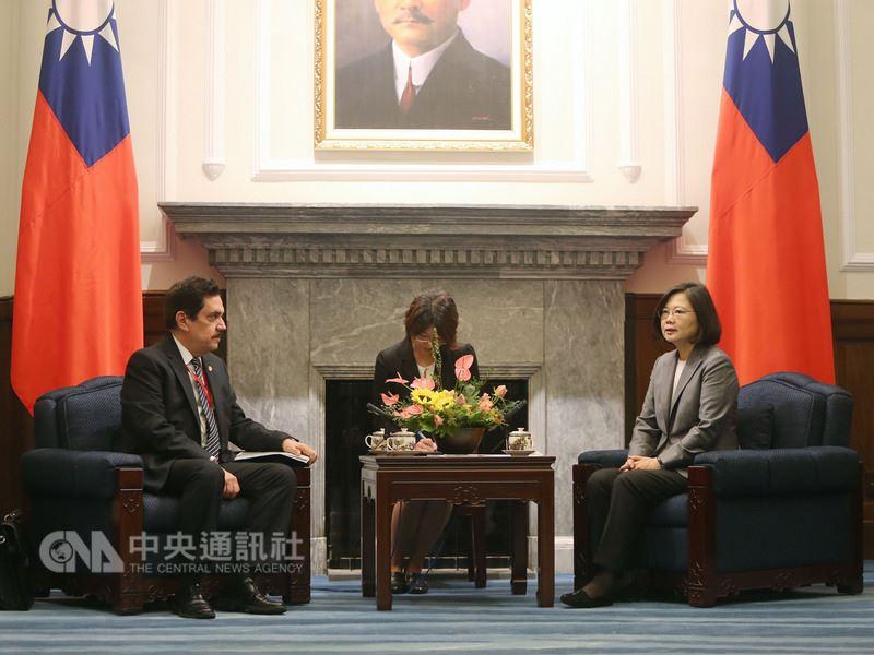 總統蔡英文(右)12日在總統府,接見中美洲議會議長萊福爾(Tony Raful Tejada)(左)率領的訪問團,致詞期許中美洲友邦繼續在國際上力挺台灣。中央社記者徐肇昌攝  107年7月12日