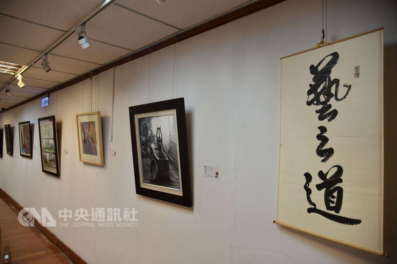 雲林縣近80名書畫家提供創作,於縣長及副縣長辦公室走道設立「藝之道」展覽空間,在平日忙碌的行政機關中,增添許多藝文氣息。中央社記者葉子綱攝  107年7月12日