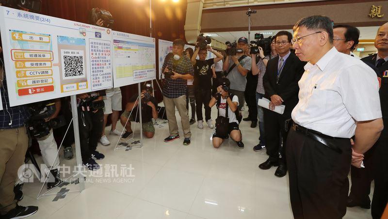 台北市長柯文哲(前右)12日在台北出席巡邏箱電子化系統啟用儀式,並聽取簡報。中央社記者張皓安攝  107年7月12日