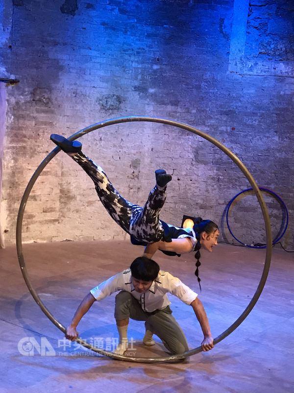 「方式馬戲」創團於2015年,今年到法國「外亞維儂藝術節」演出「距離」一作,透過馬戲探討人與人之間因科技或世代差異而產生的距離感。中央社記者曾依璇亞維儂攝  107年7月12日