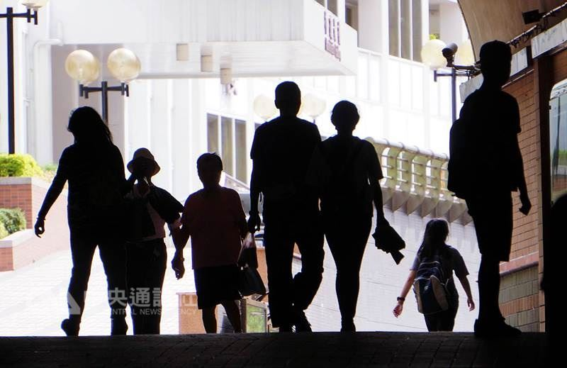 台灣證券交易所宣布,上市公司將從2019年起首次申報2018年「非擔任主管職務全時員工」薪資資訊。(中央社檔案照片)