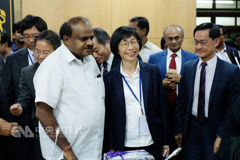 東元電機董事長邱純枝(中)帶領東元電機積極進軍印度市場,她11日在印度卡納塔卡省政府與省長庫瑪瑞斯瓦米(左)合影。中央社記者康世人班加羅爾攝  107年7月12日