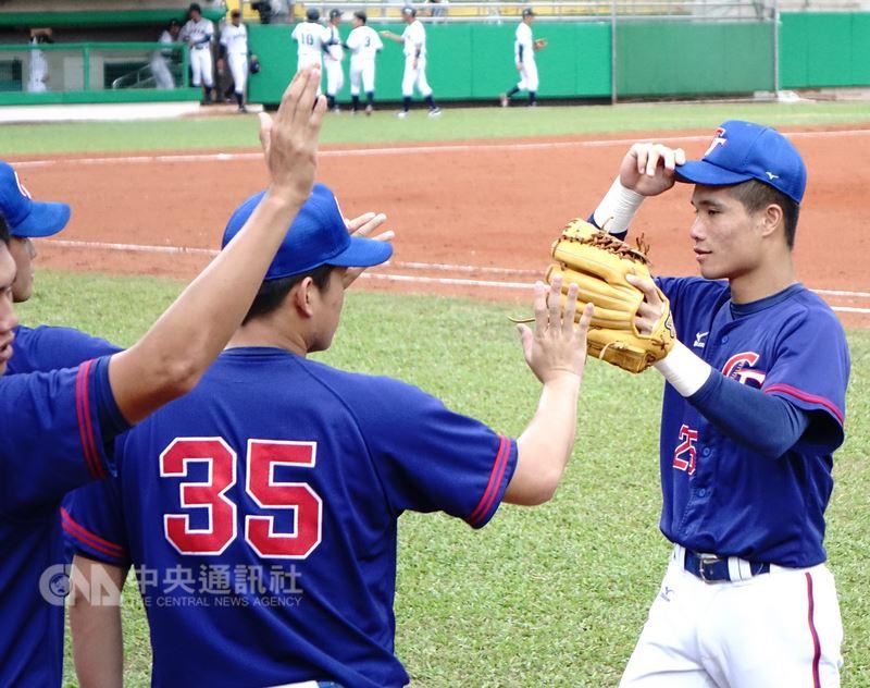 2018世界大學棒球錦標賽持續在嘉義進行,中華隊12日複賽最終戰提前與冠軍賽對手日本隊交鋒,中華全場敲出3安,其中球員李凱威(右)就貢獻2安。中央社記者謝靜雯攝 107年7月12日