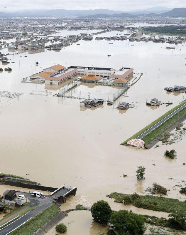 西日本受到連日破紀錄豪雨重創,國土地理院推估,真備町淹水最嚴重時,水深最深恐達4.8公尺,很多住家一樓可說完全被水淹沒。(檔案照片/共同社提供)