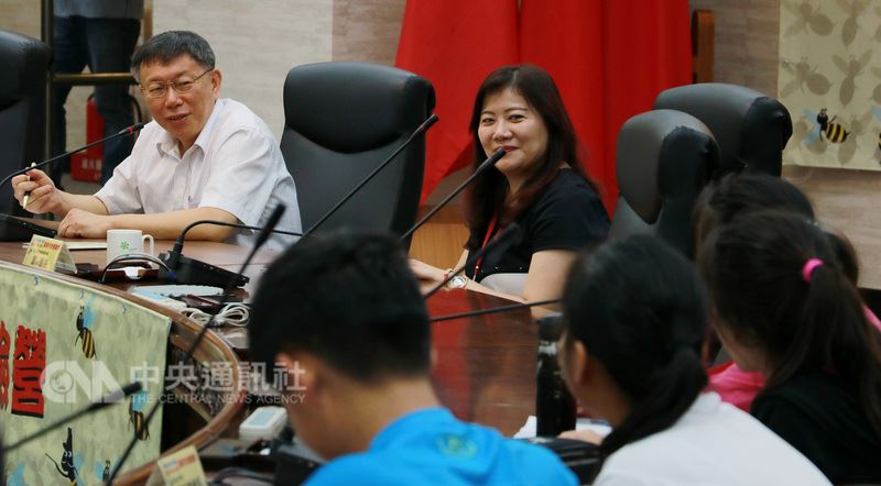 台北市長柯文哲(左)12日在台北市政府出席國中及國小高年級學生「暑期市政體驗營」閉幕式,在「模擬市政會議」上接受小學生提問。中央社實習記者李雨莘攝 107年7月12日