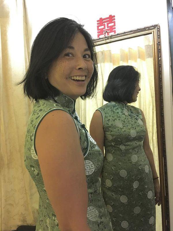 美国在台协会处长梅健华妻子陈�W�W(图)12日表示,在台湾的时光他们与许多朋友在各地享受美食,大快朵颐的结果是她必须去订做一件新的旗袍才能穿得下。(图取自AIT脸书www.facebook.com/AIT.Social.Media)