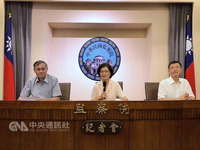 監察院12日下午舉行記者會,監察委員仉桂美(中)、包宗和(右)、劉德勳(左)出席,針對年改釋憲案做出相關說明。中央社記者王飛華攝 107年7月12日