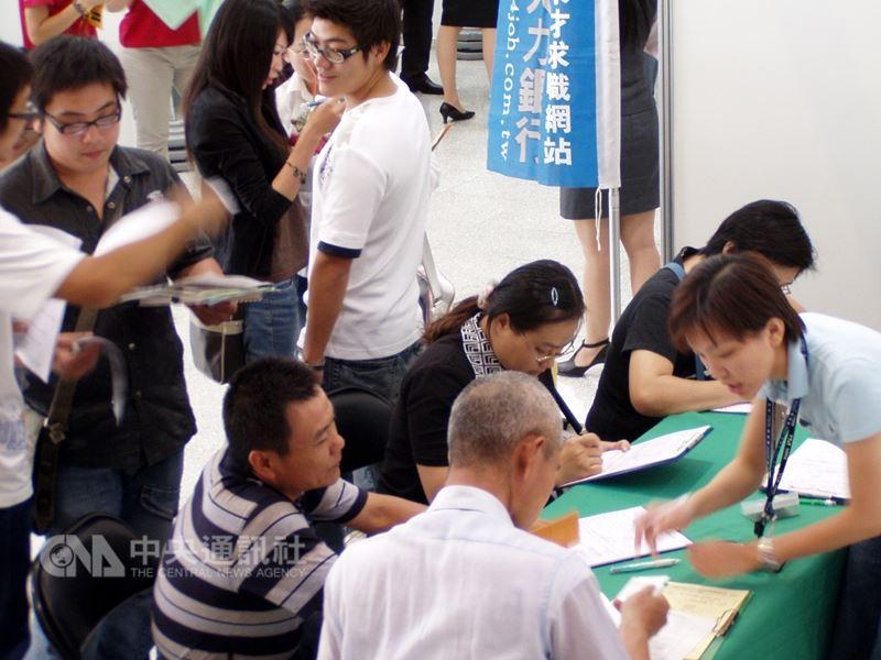 勞動部勞動力發展署12日預告「中高齡者及高齡者就業法草案」,當中明定雇主不可對中高齡勞工有薪資、進用、資遣等不利待遇。(中央社檔案照片)