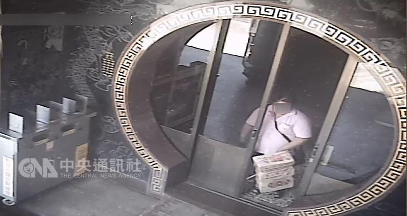 苗栗县一名女子无业缺钱花用,在后龙镇顺天宫见四下无人,竟窃取一捆金纸外出,想变卖换取现金,遭警方逮捕。(翻摄照片)中央社记者管瑞平传真 107年7月12日