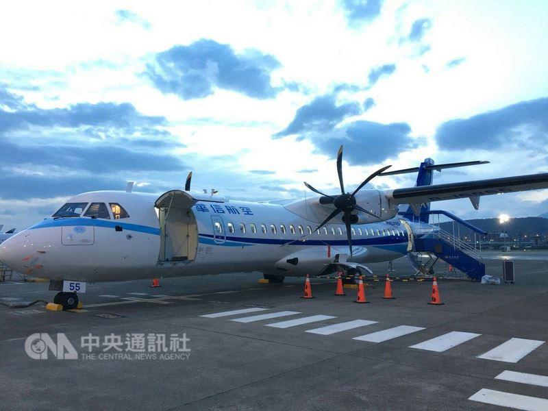 華信航空去年規劃引進9架全新ATR72-600型客機,其中3架採租賃、6架向法國原廠購買;首架自購ATR新機11日已飛抵台灣,預計16日上線營運。(華信航空提供)中央社記者汪淑芬傳真 107年7月12日