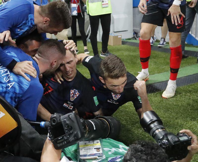 克羅埃西亞在世界盃4強戰對決英格蘭,並於延長賽踢進致勝球晉級冠軍戰,當時克國球員興奮慶祝卻意外撲倒法新社攝影師。(達志提供)