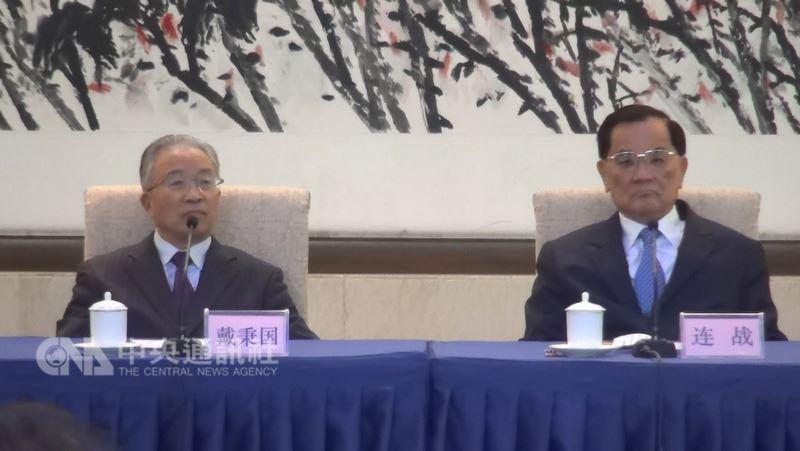 前中國國民黨主席連戰(右)13日下午與中國大陸全國台灣研究會會長戴秉國(左)共同出席座談會。中央社記者繆宗翰北京攝 107年7月13日
