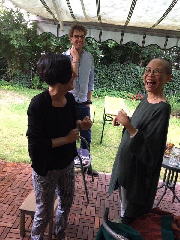 中國諾貝爾和平獎得主劉曉波遺孀劉霞(右)遭軟禁8年後,重獲自由在德國展開新生活。(圖取自中國作家廖亦武臉書facebook.com/yiwu0619)