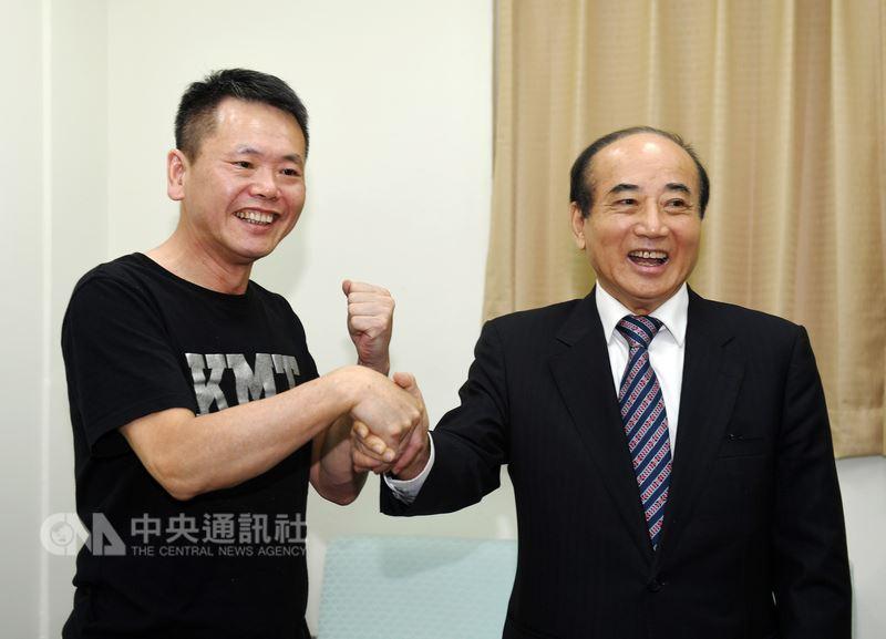 國民黨立委林為洲(左)13日在立法院拜會前立法院長王金平(右),兩人有說有笑,互相握手致意。中央社記者施宗暉攝 107年7月13日
