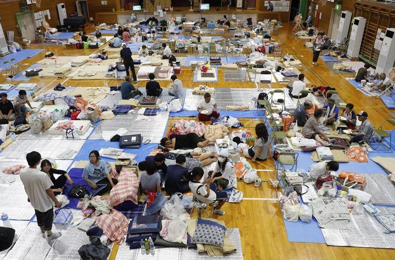 西日本豪雨成災,岡山縣倉敷市岡田小學體育館成為收容災民的緊急避難所。(共同社提供)