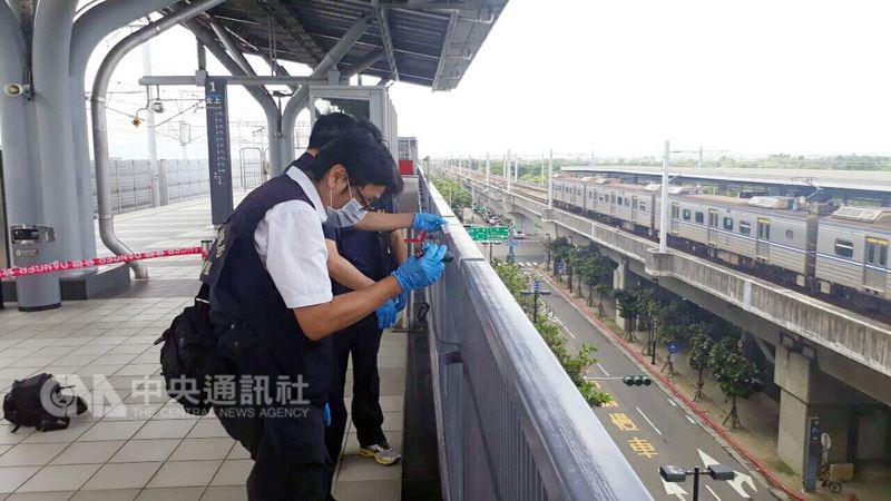 高鐵台南站13日驚傳一名旅客從月台不慎墜地身亡意外,確切事發原因尚在調查,警方也派員封鎖現場進行採證以釐清案情。(鐵路警察局高雄分局提供)中央社記者程啟峰傳真  107年7月13日