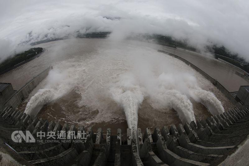 中國水利部12日指出,受近日持續豪雨影響,大陸多地汛情嚴重,受災人口超千萬,直接經濟損失約人民幣259億元(約新台幣1200億元)。圖為三峽水庫持續進行洩洪。(中新社提供)中央社 107年7月13日