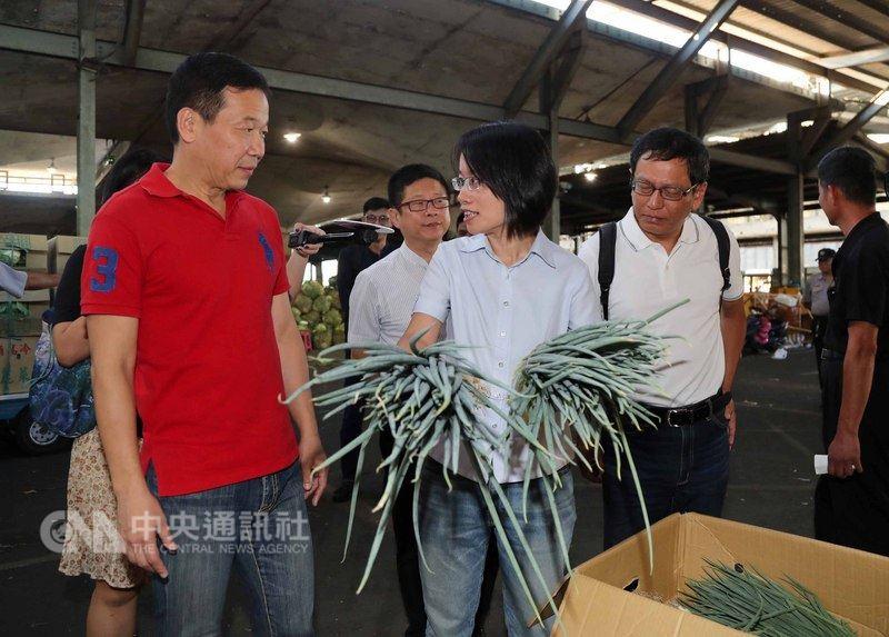 台北農產運銷公司總經理吳音寧(左3)13日在台北第一果菜市場,陪同台北市議員鍾小平(左)、周威佑(左4),視察瑪莉亞颱風過後蔬果物價波動狀況。中央社記者張皓安攝  107年7月13日